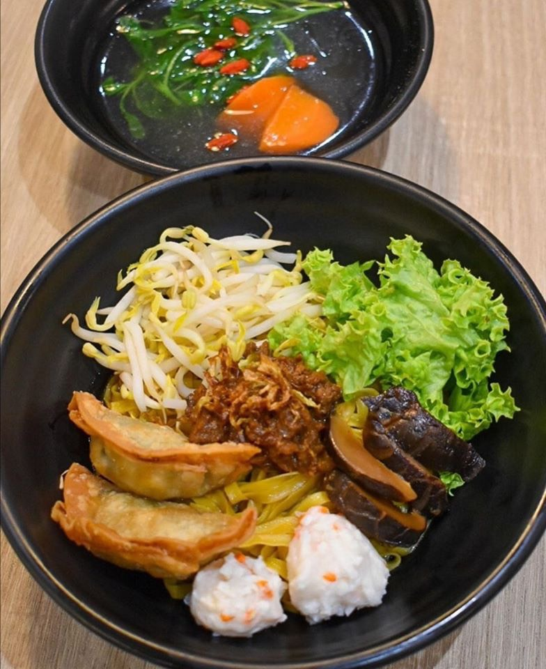 vegetarian mee pok with soup
