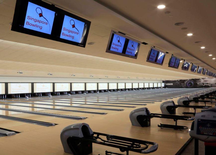 bowling alley and monitors at temasek club bowling ini singapore